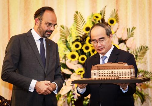 Bí thư Thành ủy Nguyễn Thiện Nhân tặng quà lưu niệm cho Thủ tướng Pháp. Ảnh: Thành Nguyễn