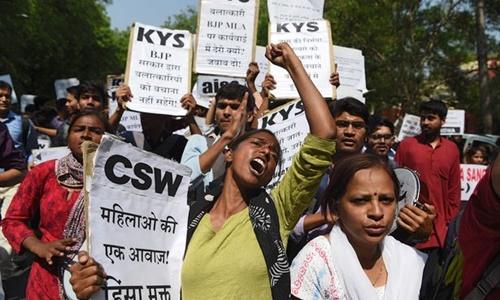 Biểu tình phản đối cưỡng hiếp trẻ em ở Ấn Độ hồi đầu tháng 4. Ảnh: AFP.