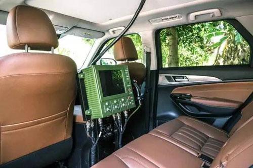 Thiết bị điều khiển súng máy được đặt ở khu vực ghế sau của xe. Ảnh: SINA.