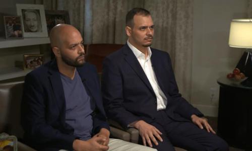 Salah (phải) và Abdullah, hai con trai của nhà báo Jamal Khashoggitrong buổi phỏng vấn hôm 4/11. Ảnh: CNN.