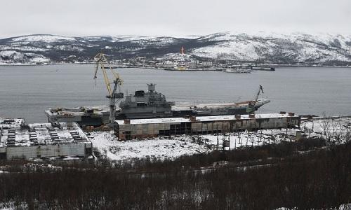 Tàu sân bay Đô đốc Kuznetsov neo đậu tại xưởng sửa chữa khác ở thành phố Murmansk sau sự cố chìm ụ nổi PD-50. Ảnh: Sputnik.