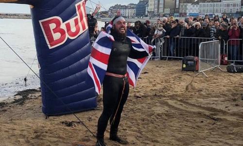 Nhà thám hiểm Ross Edgley hoàn thành chặng bơi vòng quanh đảo Anh hôm 4/11. Ảnh: Twitter.