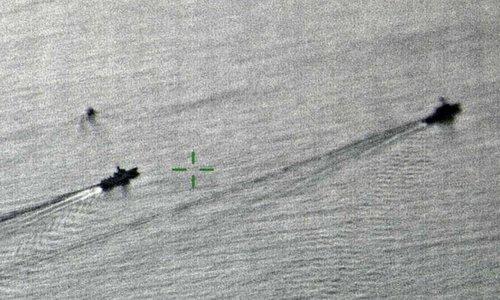 Tàu Lan Châu (trái) bám đuôi USS Decatur hôm 30/9. Ảnh: Bộ Quốc phòng Anh.