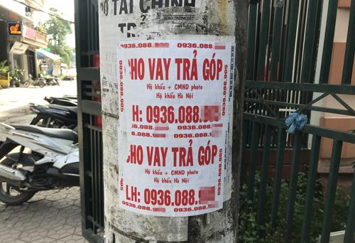 Quảng cáo cho vay tiền chằng chịp khắp các ngõ ngách ở Hà Nội. Ảnh: Phạm Dự.