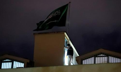 Cảnh sát Thổ Nhĩ Kỳ khám xét lãnh sự quán Arab Saudi hôm 15/10. Ảnh: Reuters.