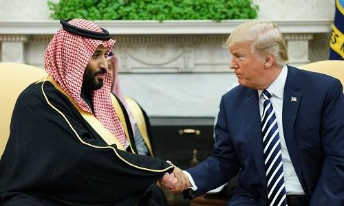 Thái tử Arab Saudi  Mohammed bin Salman bắt tay Tổng thống Mỹ Donald Trump trong cuộc gặp vào tháng 3 tại Washington. Ảnh: AFP.
