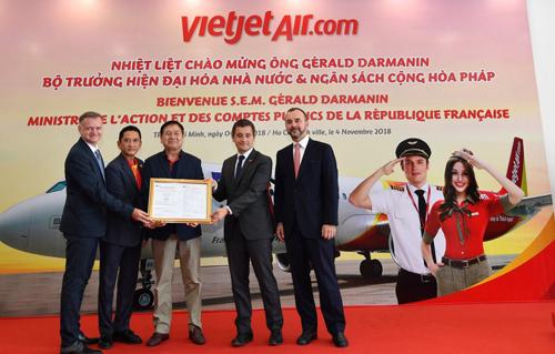 Sáng 4/11, trong các hoạt động thuộc chuyến thăm chính thức của Thủ tướng Cộng hòa Pháp Edouard Philippe tới Việt Nam, ông Gérald Darmanin (thứ hai từ phải sang) - Bộ trưởng Hiện đại hoá Nhà nước và Ngân sách Pháp đã đến thăm Học viện Hàng không Vietjet, khởi động tổ hợp buồng lái mô phỏng tàu bay (SIM) và chứng kiến lễđón nhận phê chuẩn thiết bị đào tạo mô phỏng tàu bay của Cơ quan An toàn hàng không châu Âu (EASA).