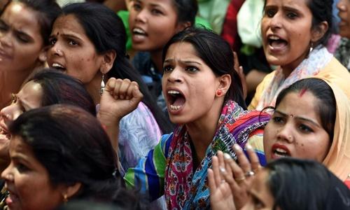 Một cuộc biểu tình phản đối nạn hiếp dâm ở thủ đô New Delhi, Ấn Độ. Ảnh: AFP.
