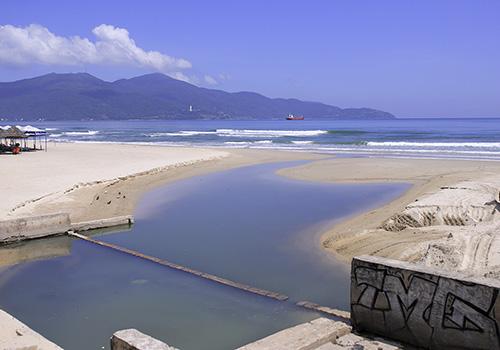 Bãi biển Đà Nẵng đang bị ô nhiễm do nước thải thường chảy tràn qua cửa xả khi có mưa lớn. Ảnh: Nguyễn Đông.