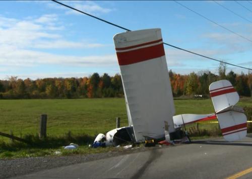 Hiện trường chiếc máy bay hạnh nhẹ đâm xuống cánh đồng ở Ottawa, Canada hôm 4/11. Ảnh: Global News.