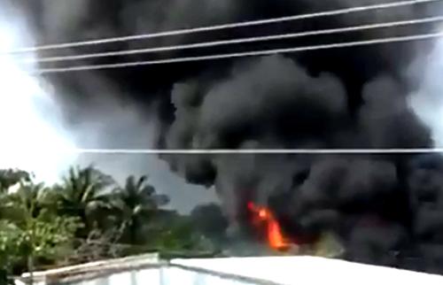 Đám cháy có cột khói cao hàng chục mét khiến người dân trong khu dân cư hốt hoảng. Ảnh: Hoàng Hạnh.