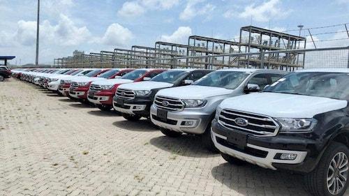 Lô xe nhập khẩu Thái Lancủa Ford nằm tại cảng Việt Nam.