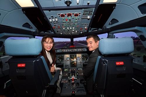Tổng giám đốc Nguyễn Thị Phương Thảo và Bộ trưởng Gérald Darmanin tham quan và trải nghiệm tổ hợp buồng lái mô phỏng tàu bay với sự hướng dẫn của các chuyên gia.