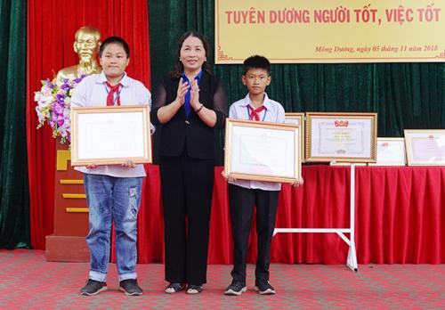 Lãnh đạo Sở Giáo dục Quảng Ninh tặng bằng khen của Bộ trưởng Bộ Giáo dục cho Dũng và Khánh. Ảnh: Minh Đức
