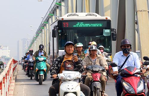 Tranh cãi việc ôtô đi vào làn xe máy trên cầu Chương Dương