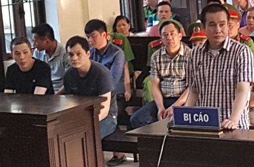 Bị cáo Phương (ngoài cùng bên phải) trả lời thẩm vấn và hai nhân viên Ngọc, Hiếu (hàng đầu, bên trái).