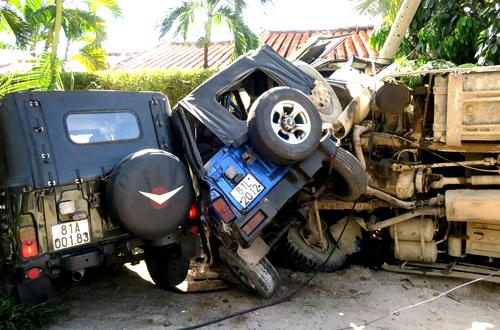 Xe ben lật nhào khi đè bẹp xe máy và ủi 2 xe Jeep. Ảnh: Tư Huynh.