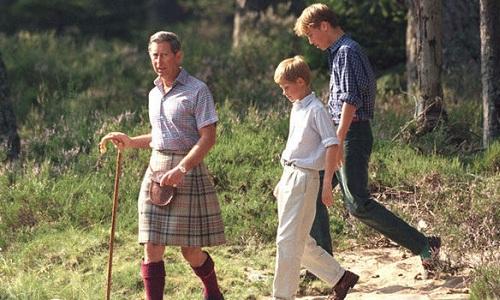 Thái tử Charles dẫn hai con đi nhặt rác khi họ còn là học sinh. Ảnh: Getty Images