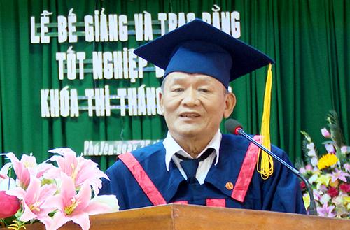 Ông Mai nhận bằng cử nhân luật hồi tháng 10. Ảnh: Nhân vật cung cấp