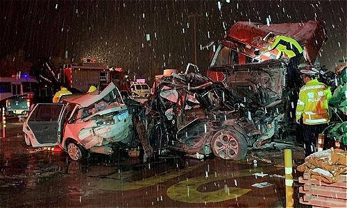 Xe đầu kéo dập móp cabin, trong khi nhiều xe khác biến dạng. Ảnh: AFP.