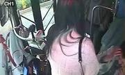 Nữ hành khách cướp vô-lăng, ngồi vào lòng tài xế xe buýt