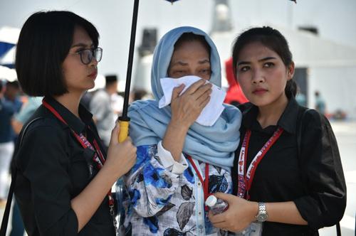 Thân nhân của hành khách trên chuyến bay JT610 (giữa) khóc khi tới địa điểm máy bay gặp nạn. Ảnh: AFP.