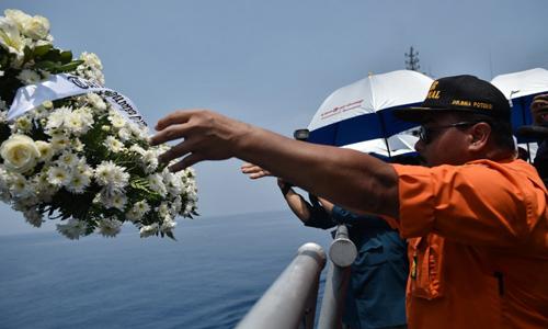 Một nhân viên cứu hộ Indonesia thả hoa xuống Biển Java, nơi chiếc Boeing 737 MAX 8 lao xuống. Ảnh: AFP.