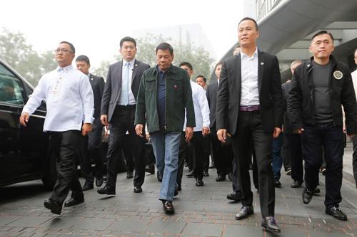 Michael Yang (thứ hai từ phải sang)tháp tùng Tổng thống Duterte và đoàn đại biểu Philippines trong chuyến thăm Bắc Kinh hồi tháng 10/2016. Ảnh: Toto Lozano.
