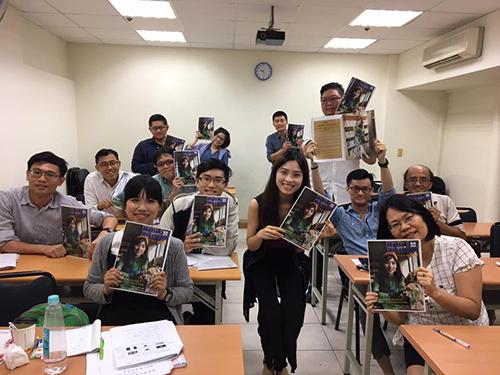 Thu Hằng và các học viên tại lớp tiếng Việtcầm tạp chí Hello Việt Nam mà cô là gương mặt trang bìa. Ảnh: Nhân vật cung cấp