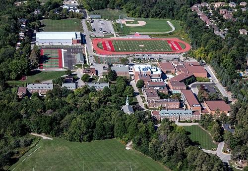Trường có rất nhiều hoạt động thể thao, ngoại khóa và các câu lạc bộ.
