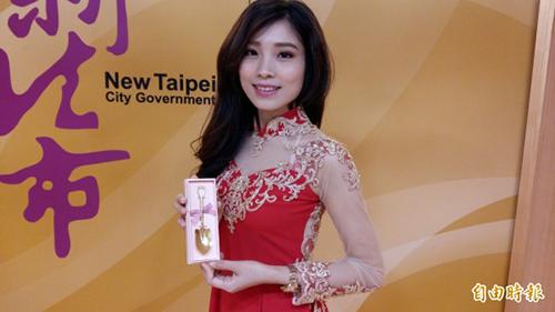 Thu Hằng nhận thìa vàng do chính quyền Tân Đài Bắc trao tặng.Ảnh: Nhân vật cung cấp