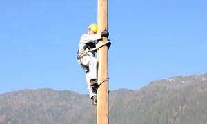 Thiết bị giúp người leo cột điện dễ như đi bộ
