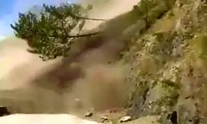 Xe buýt Philippines thoát nạn khi đất đá từ núi ầm ầm đổ xuống