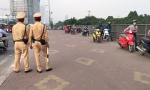 Hàng dài người dắt bộ xe máy trên vỉa hè né tắc đường ở Hà Nội
