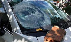 Kẻ ngáo đá đập nát kính ôtô giữa trung tâm Đà Nẵng