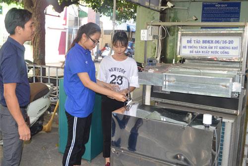 Cán bộ, sinh viên Đại học Tài nguyên và Môi trường sử dụng nước tách từ không khí uống trực tiếp.