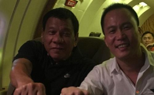Michael Yang và Duterte ngồi cạnh và chụp ảnh chung trong một chuyến công tác. Ảnh: Philippines Full Win Group of Companies.