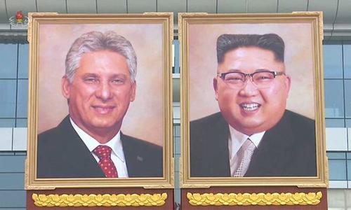 Chân dung lãnh đạo Triều Tiên Kim Jong-un (phải) và Chủ tịch Cuba Miguel Diaz-Canel bên ngoài sân bay Bình Nhưỡng. Ảnh: Reuters.