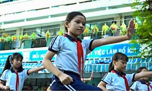 Học sinh ở Sài Gòn múa võ nhạc Vovinam thay bài thể dục