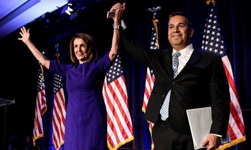 Lãnh đạo phe Dân chủ ở hạ viện Nancy Pelosi và nghị sĩ Ben Ray Lujan tại Washington ngày 7/11. Ảnh: AFP.