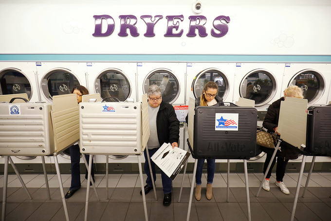 Người Mỹ bế con, hóa trang thành thú đi bầu cử giữa kỳ