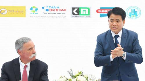 Từ trái qua: Ông Chase Carey, Giám đốc điều hành giải đua xe Công thức 1, ông Nguyễn Đức Chung, Chủ tịch UBND TP Hà Nội. Ảnh: Hoàng Phong