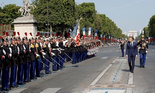 Tổng thống Pháp duyệt đội danh dự quân đội trong lễ duyệt binh ngày 14/7 tại Paris. Ảnh: AFP.