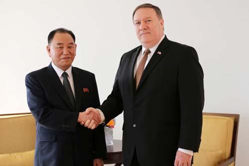 Ngoại trưởng Mỹ Mike Pompeo (phải) và Phó chủ tịch đảng Lao động Triều Tiên Kim Yong-chol gặp nhau tại New York đầu tháng 6. Ảnh: AP.