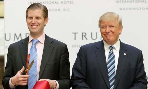 Tổng thống Mỹ Donald Trump và con trai Eric Trump. Ảnh: AP.