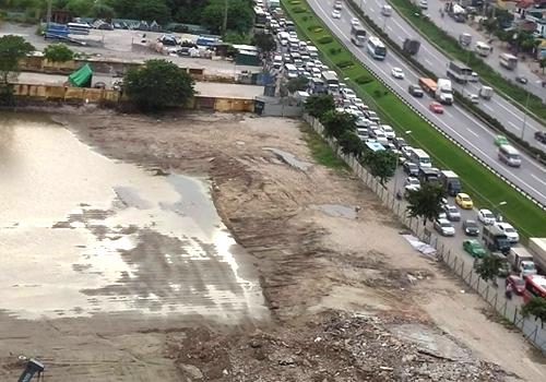 Vị trí xây dựng bến xe Yên Sở nằm sát vành đai 3 thường bị ùn tắc giao thông vào giờ cao điểm. Ảnh: Anh Duy.