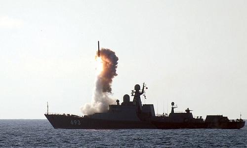Tàu hộ vệ tên lửa Dagestan của Nga phóng tên lửa trong một cuộc diễn tập. Ảnh: Global Military Review.