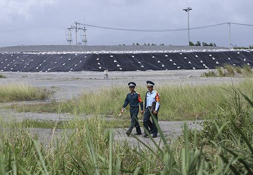 Khu vực vừa hoàn tất xử lý dioxin đang được rào chắn và đượcbảo vệ nghiêm ngặt. Ảnh: Nguyễn Đông.