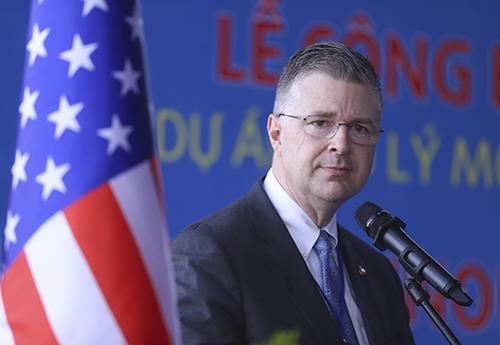 Ông Daniel Kritenbrink -Đại sứ đặc mệnh toàn quyền Hoa Kỳ tại Việt Nam phát biểu tại lễ bàn giao. Ảnh: Nguyễn Đông.
