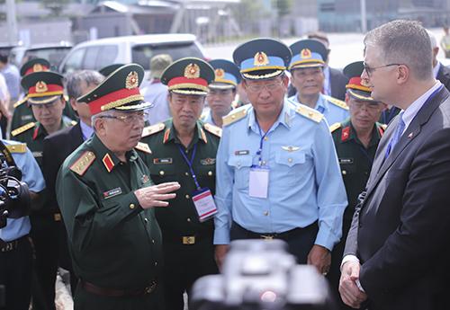 Thượng tướng Nguyễn Chí Vịnh - Thứ trưởng Bộ Quốc phòng (bìa trái) trao đổi với Đại sứ Mỹ khi đi tham quan thực tế khu vực đã hoàn thành tẩy rửa dioxin ở sân bay Đà Nẵng. Ảnh: Nguyễn Đông.
